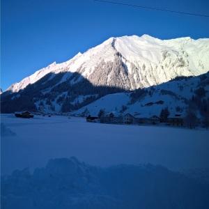 verschneiter Muttekopf in Holzgau, Blick Schönau nach Holzgau