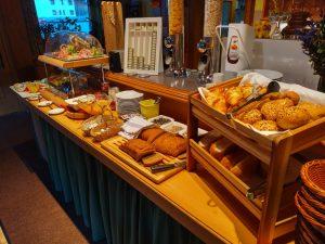 Frühstücken im Lechtal in der Dorfstube.