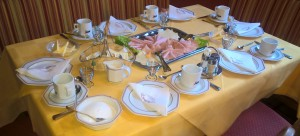 Frühstückstisch in der Dorfstube.