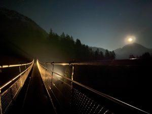 Nachtimpression im Lechtal auf der Hängebrücke in Holzgau.