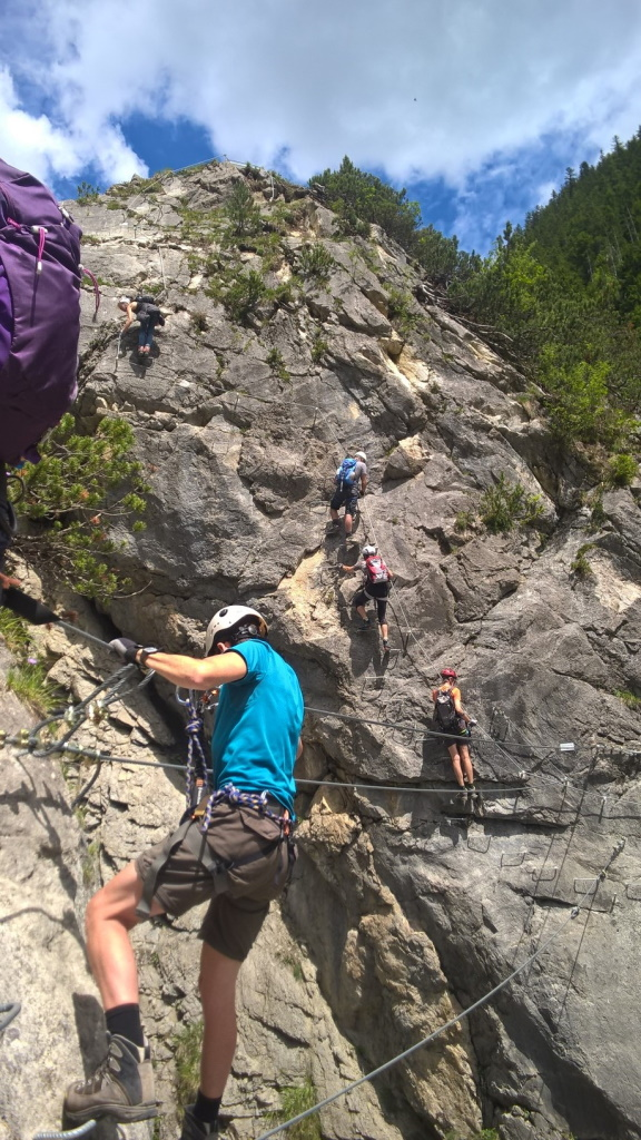Kletter-Fans am Erlebnisklettersteig Holzgau.