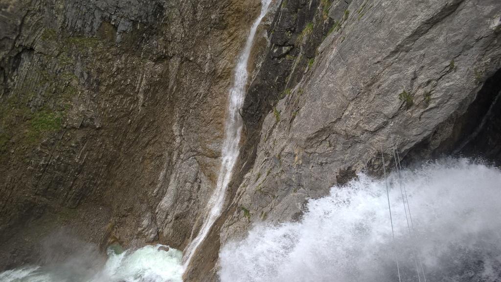 Tosender Simms-Wasserfall am Erlebnisklettersteig in Holzgau.