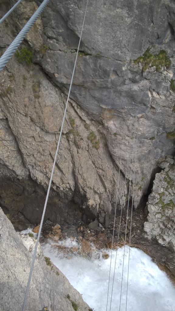 Aussicht zum Simmswasserfall von der oberen Seilbrücke.