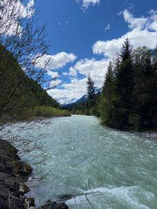 Wildfluss Lech mit türkisem Bachbett.