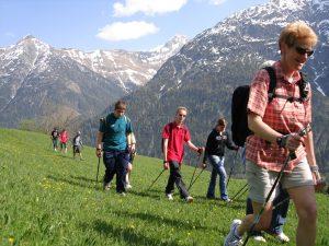 Schülergruppe bei Vitalem Walken in Holzgau.
