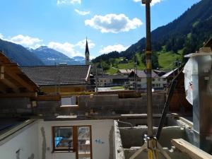 Blick Kirche Maria Himmelfahrt Pension Dorfstube Holzgau.