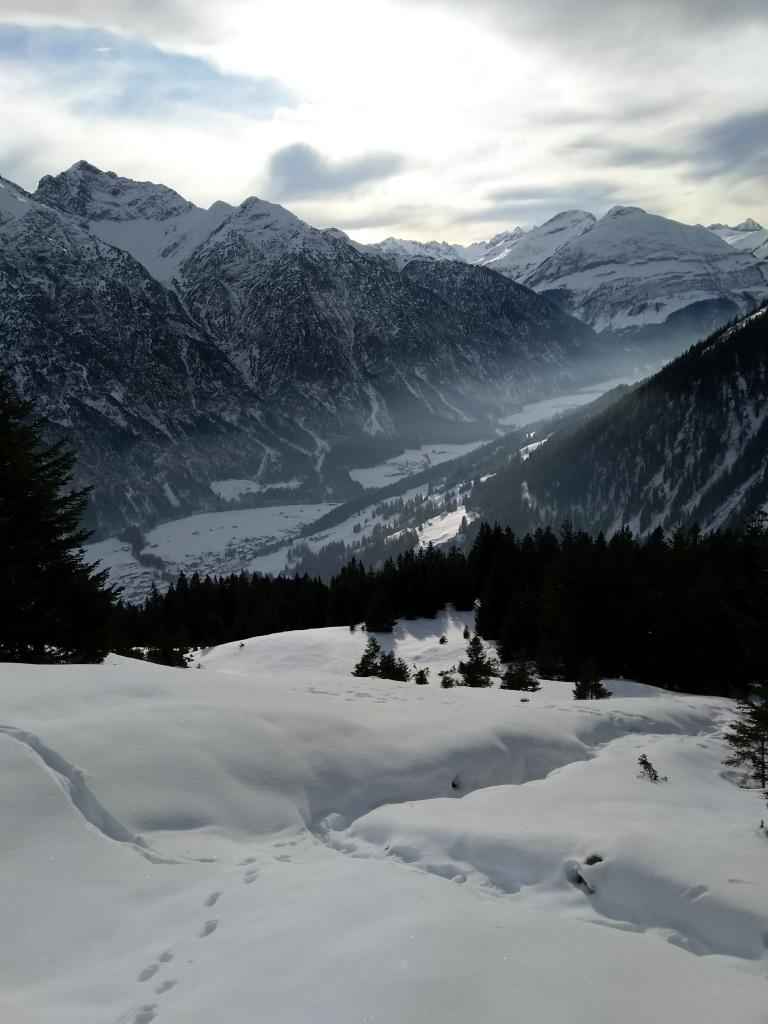 Oberes Lechtal im Blick beim Schneeschuhwandern.