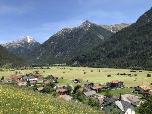 Holzgau im Sommer bei angenehm warmen Temperaturen.