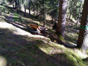 Wind lauschen auf der Ruheliege im Vitalweg Wald-Spa in Holzgau