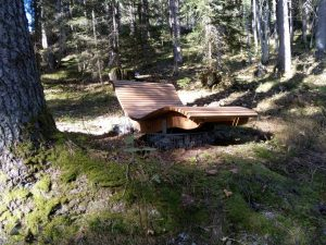 Ruheliege im Wald-Vitalweg in Holzgau