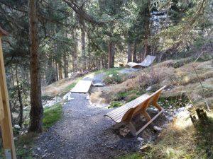 Wald-Spa ruhe Zone am Wasser.