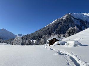 Einsame Spuren im Schnee.