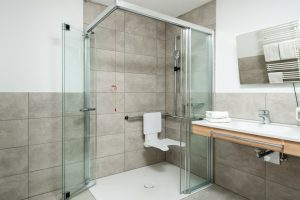 Große Duschkabine, Rollstuhlgerecht.