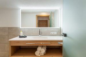 großzügiger Badezimmerwaschtisch in der Dorfstube.