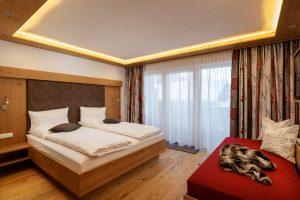 Lichtdurchflutetes Doppelbettzimmer mit XXL-Couch.