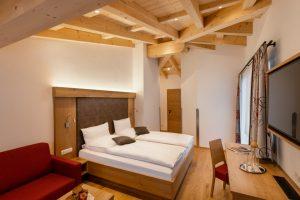 Große Suite mit 30m² eigenem Balkon und Sichtdachstuhl.