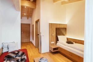 Geräumiges Einzelzimmer im obersten Stock der Gästepension Dorfstube.