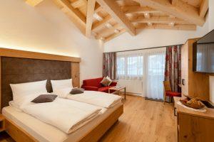 großes Doppelbettzimmer der Gäste-Pension Dorfstube im Lechtal.