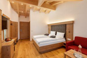 Großes Doppelbett-Zimmer 303 mit Kreuzgiebel.