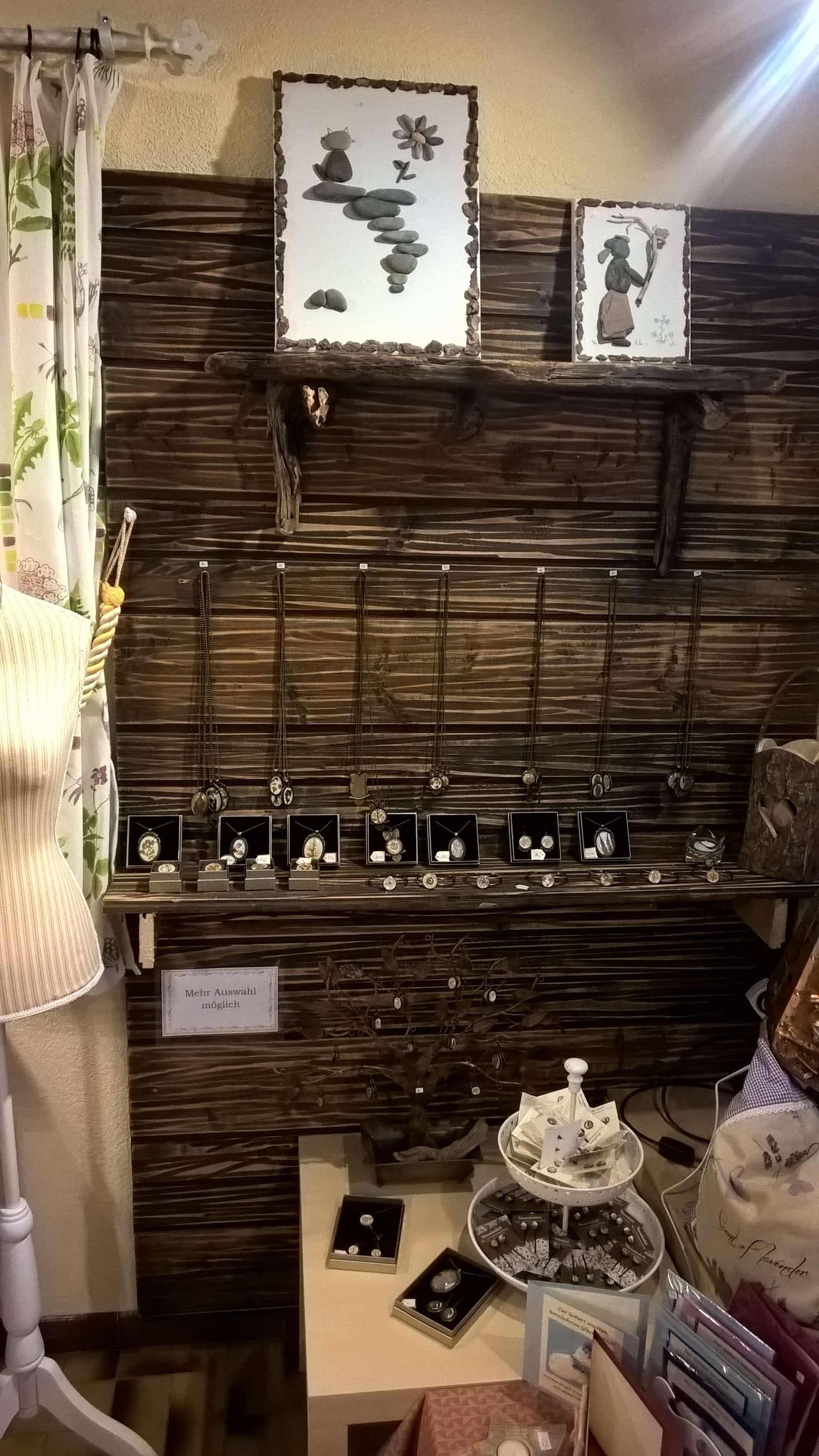 Halsketten und Armbänder mit Glasblütenschmuck.