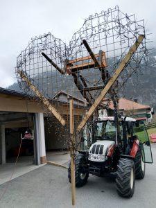 Transport des großen Symbols mit dem Traktor.