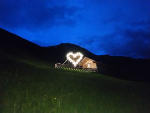 Titelbild leuchtendes Herz der Firmlinge in Holzgau.