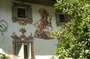 Die Häuser mit ihren prunkvollen Malereien sind eine der Sehenswürdigkeiten in Holzgau