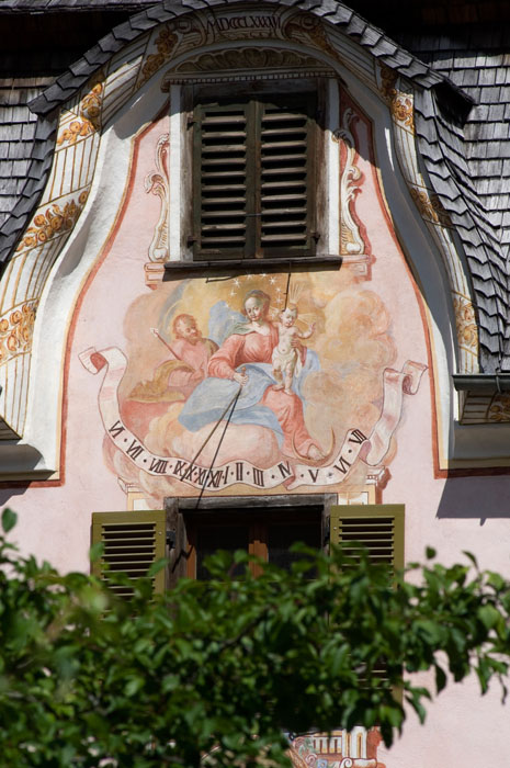 Zahlreiche der Holzgauer Häuser sind mit prunkvollen Malereien geschmückt