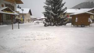 Dorfplatz von Holzgau im Winter.