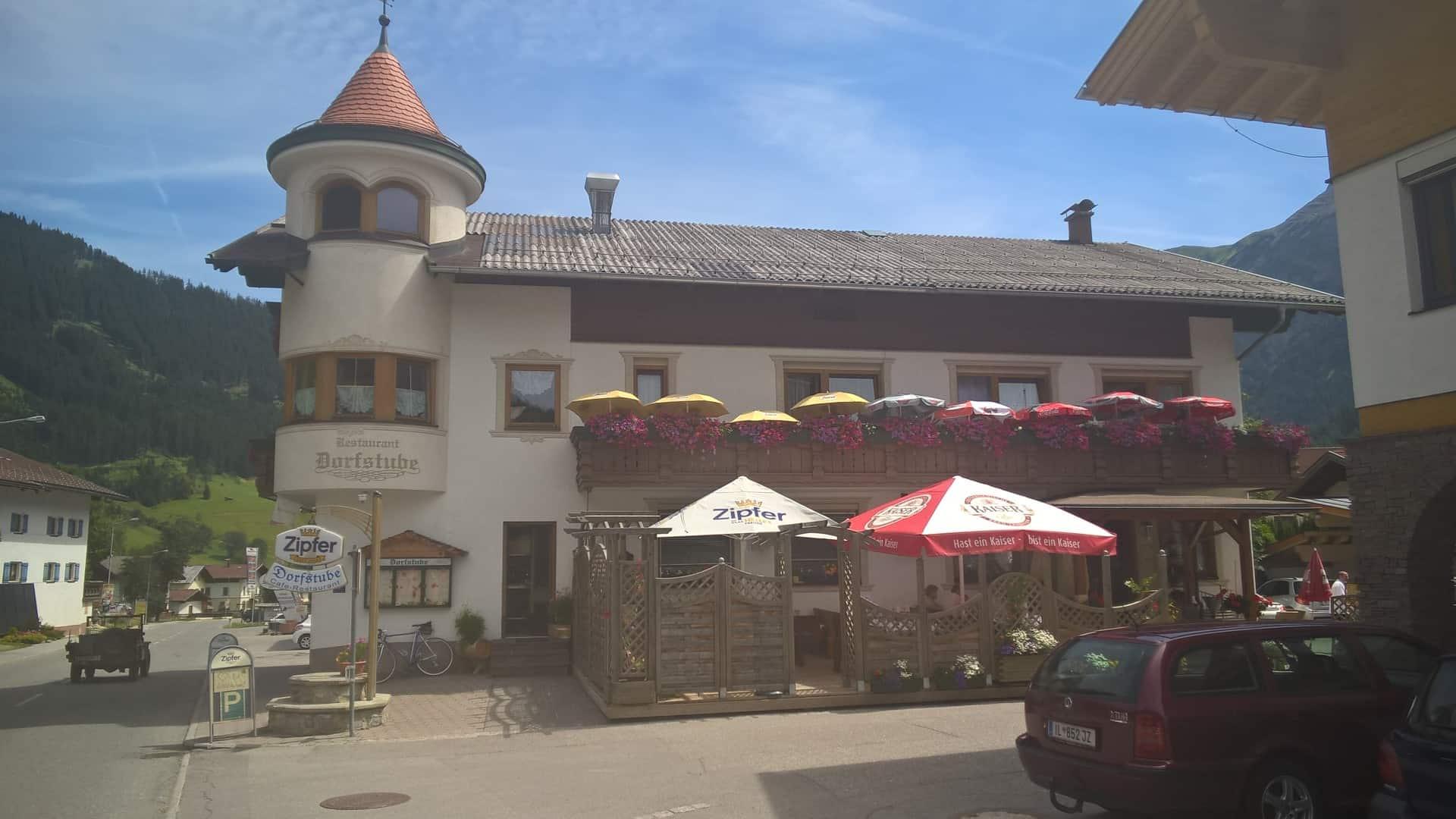Mittagessen auf der sonnigen Terrasse Restaurant Dorfstube Holzgau