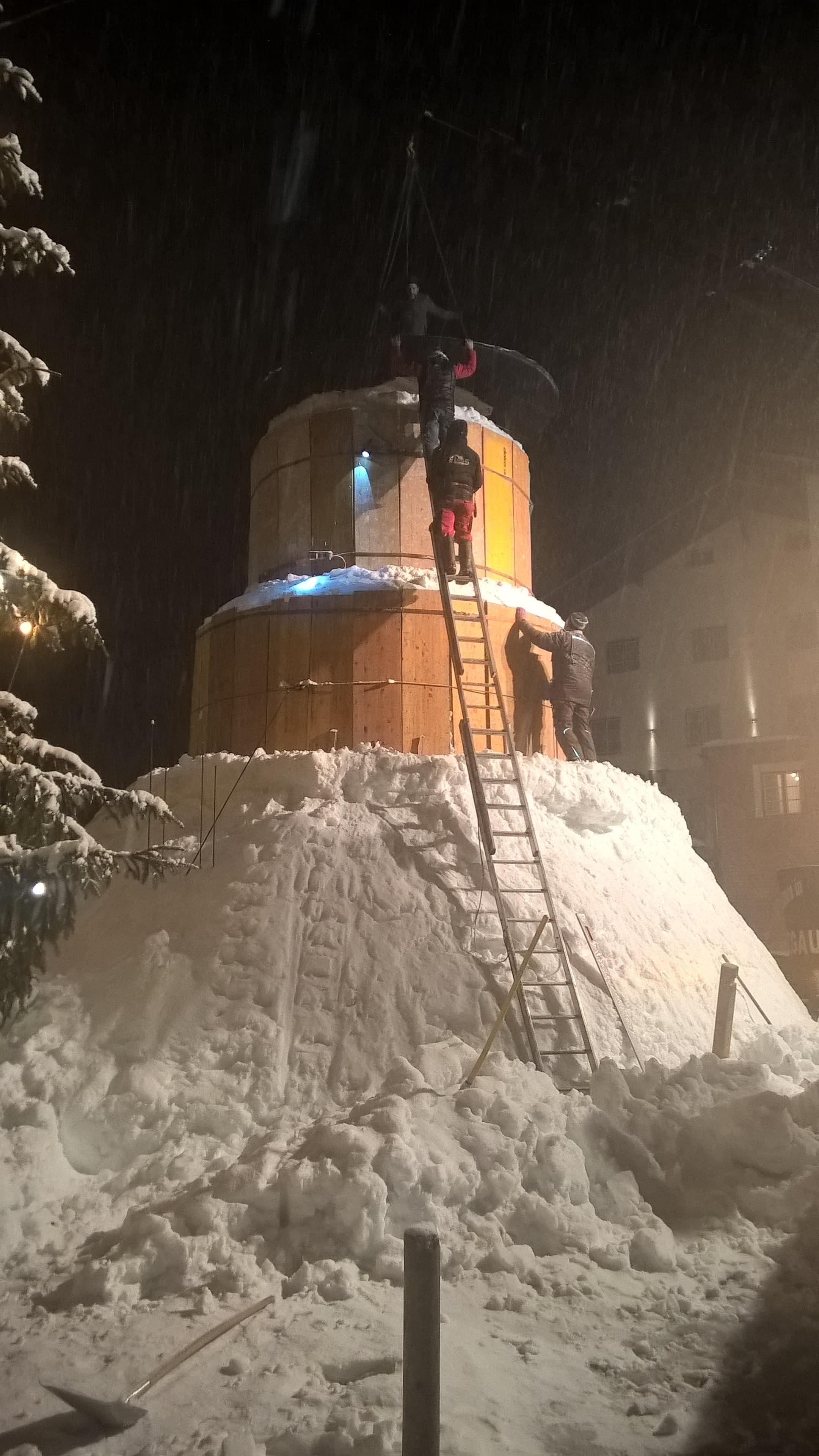 Der Zylinder des Schneemanns in Holzgau wird mit Hiab montiert.