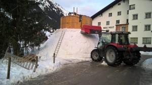 Aufbau und formen der zweiten Kugel des Schneemans mit Traktor.