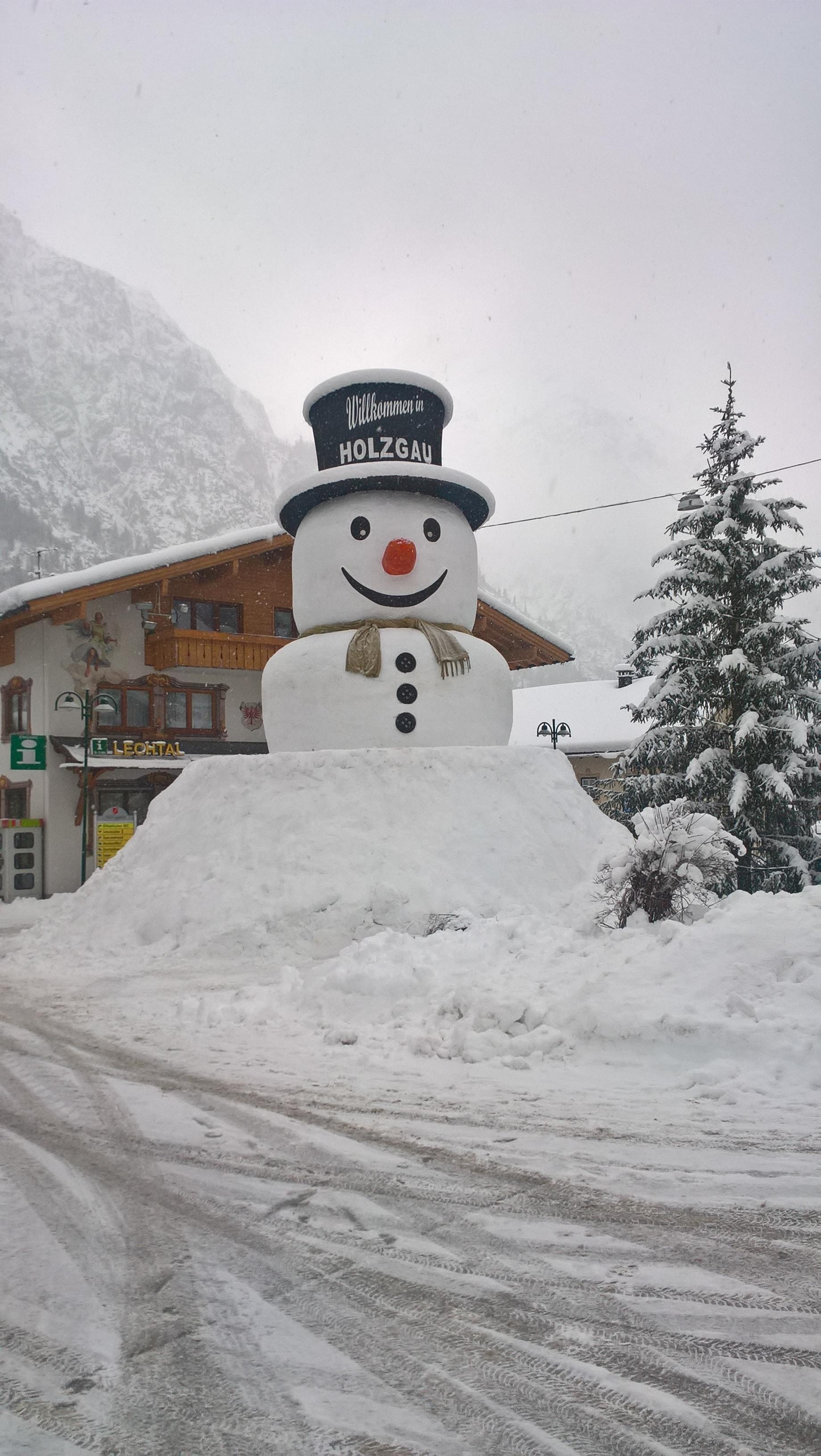 Der große Schneemann in Holzgau kurz vor Schluss der letzten Kugel.