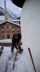 Schneemann in Holzgau bekommt einen runden Kopf.