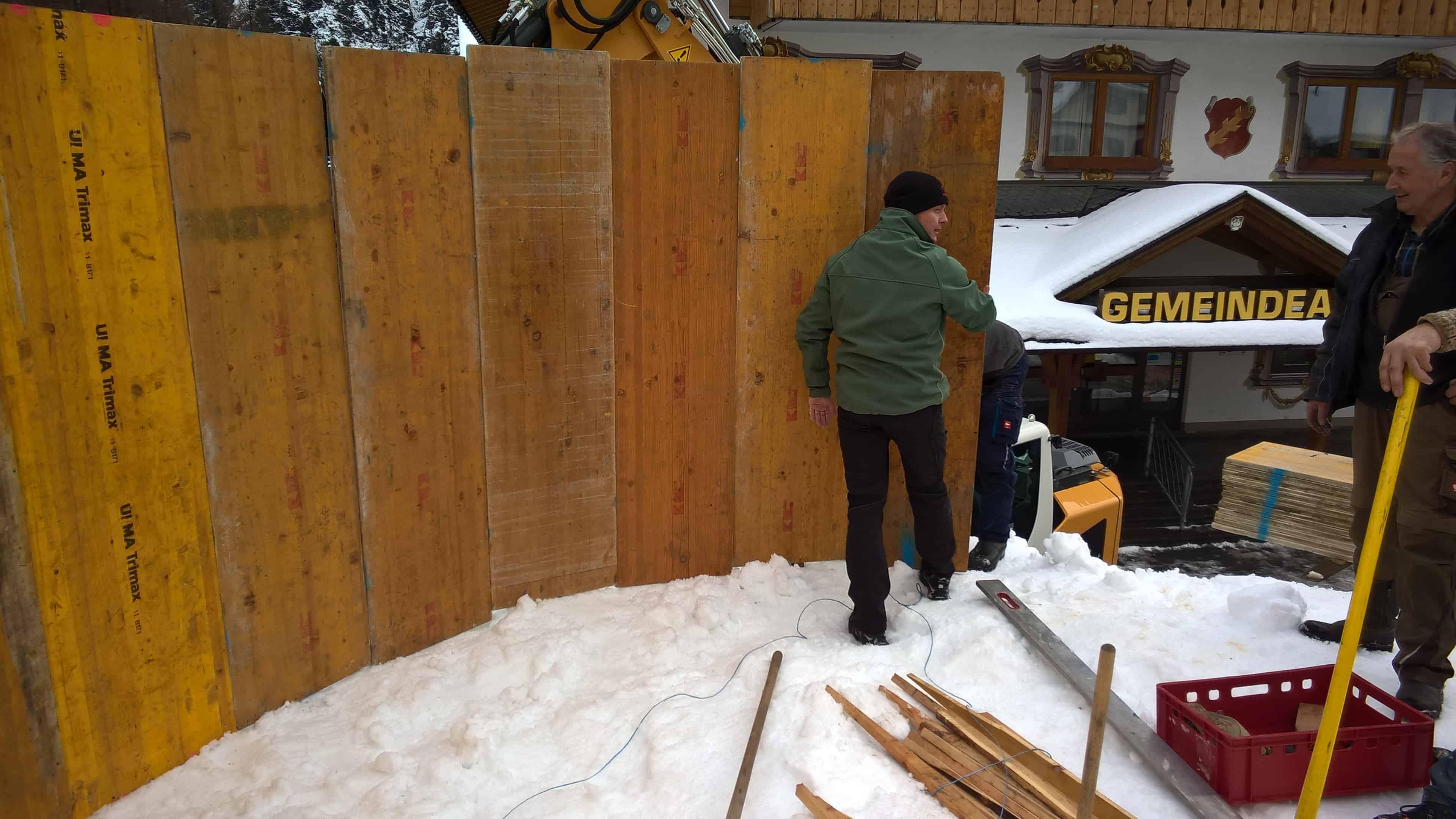 Blaas Johann und Frey Hannes bei Schalungsarbeiten für den Schneemann.