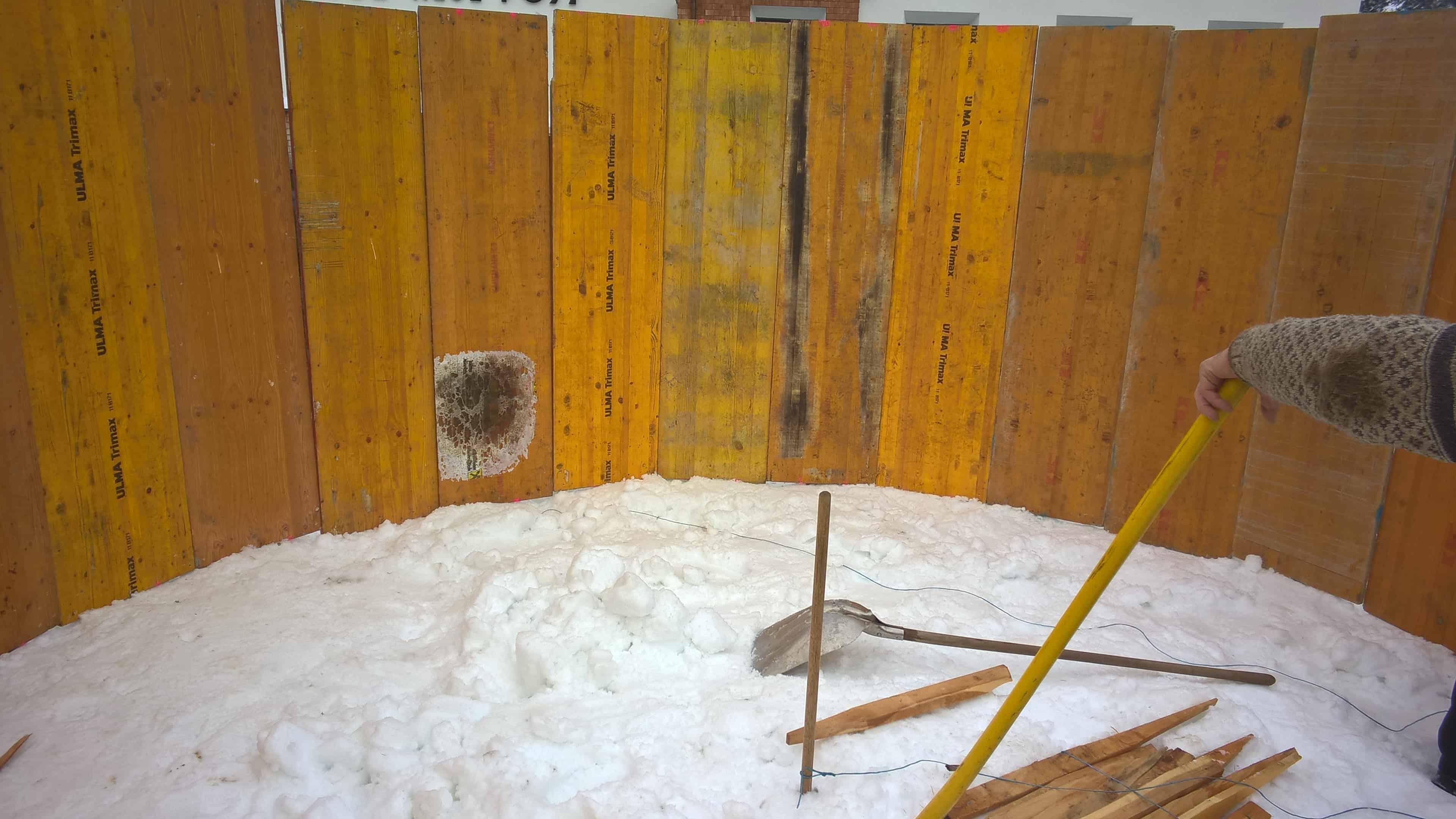 Schalungsarbeiten für die zweite Schneemannkugel in Holzgau.