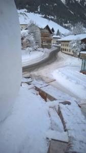 Gerüst der Arbeiter für Kopfmodellierung des Schneemannes. in Holzgau