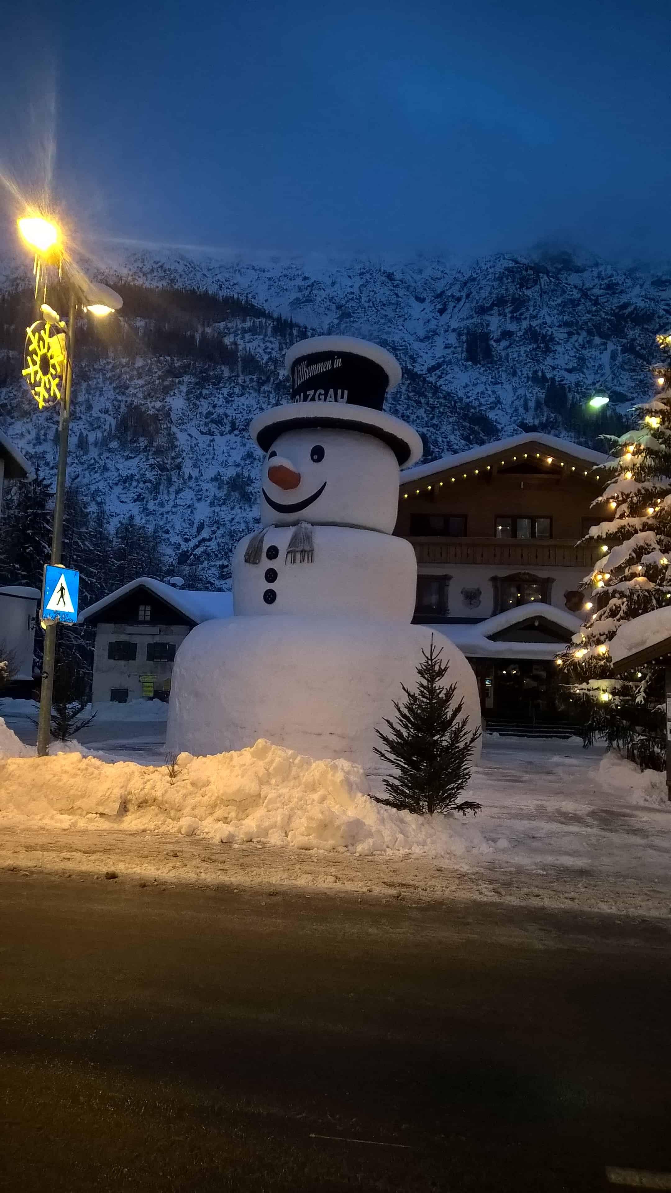Schneemann Wintersaison 2017-2018 am Dorfplatz von Holzgau